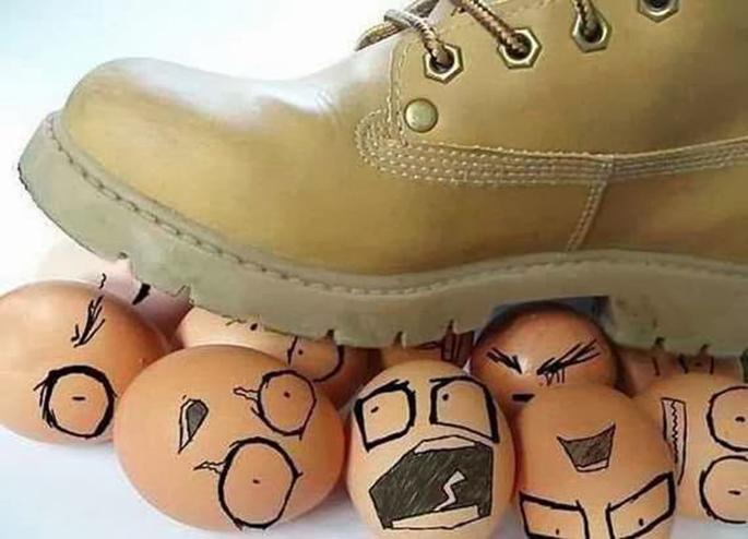 pisar huevos traducción
